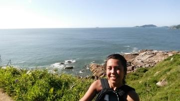 O mar e a pessoa feliz na foto